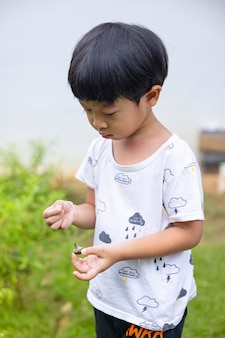 白の白いシャツと黒のズボンを身に着けているクローズアップの肖像画アジアの子供男の子ストレート黒髪
