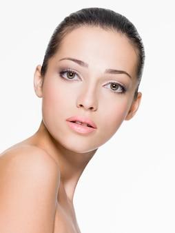 Closeup ritratto di bella donna con la pelle fresca del viso