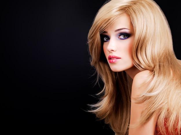 Closeup ritratto di una bellissima giovane donna con lunghi capelli bianchi. modello di moda in posa