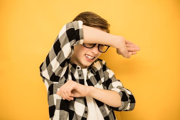 Крупным планом портрет нерешительный нервный подросток мальчик выглядит испуганным