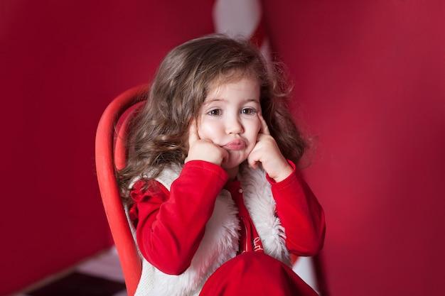 Портрет крупным планом маленькая девочка яркие эмоции ребенка