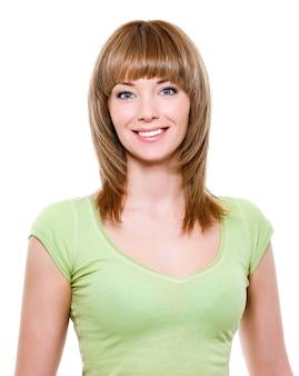Портрет крупным планом красивой улыбающейся молодой женщины со здоровыми зубами