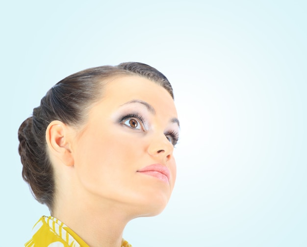 Портрет крупного плана красивой женщины. изолированные на синем фоне.