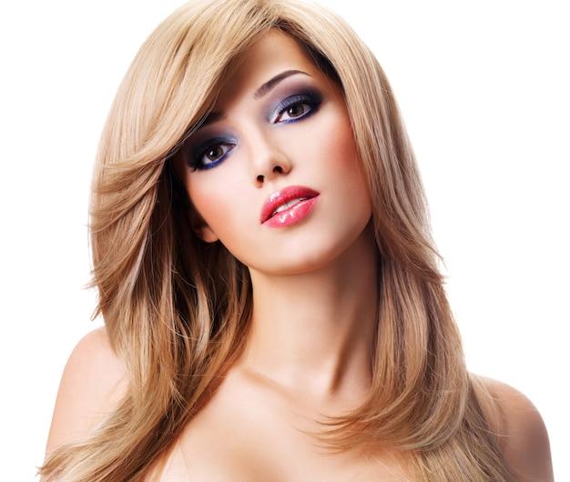 길고 흰 머리카락을 가진 아름 다운 젊은 여자의 근접 촬영 초상화. 공백 위에 포즈를 취하는 패션 모델