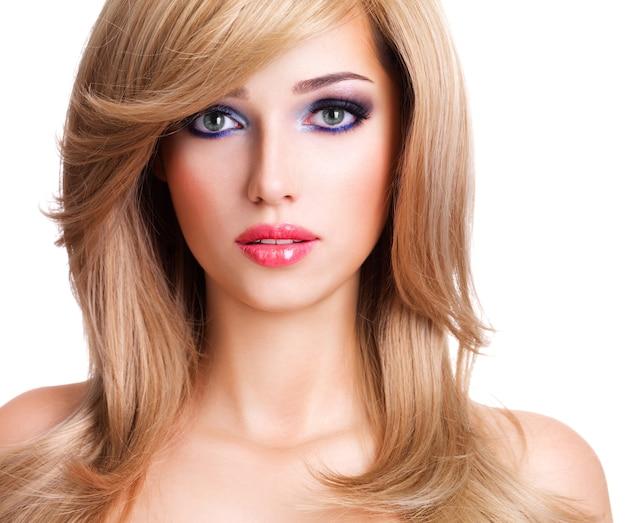 길고 흰 머리카락을 가진 아름 다운 젊은 여자의 근접 촬영 초상화. 흰 벽에 포즈 패션 모델