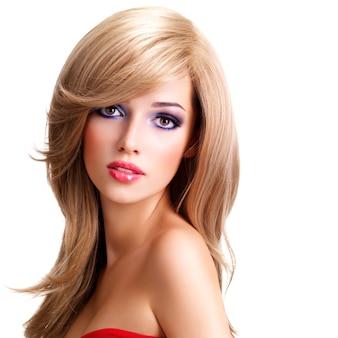 길고 흰 머리카락을 가진 아름 다운 젊은 여자의 근접 촬영 초상화. 패션 모델 포즈