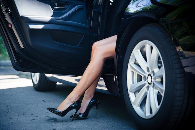 Крупным планом портрет женских ног в машине
