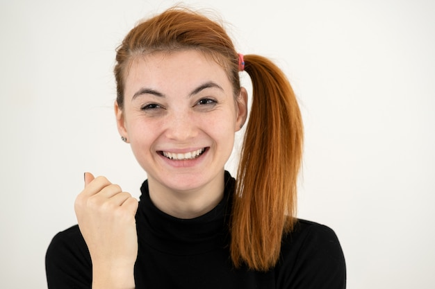 Макрофотография портрет смешной рыжий девочка-подросток с детской прической, изолированных на белом