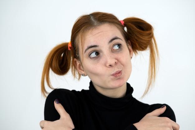 유치 한 헤어 스타일으로 재미있는 빨간 머리 십 대 소녀의 근접 촬영 초상화