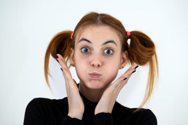 Макрофотография портрет смешной рыжий девочка-подросток с детской прической