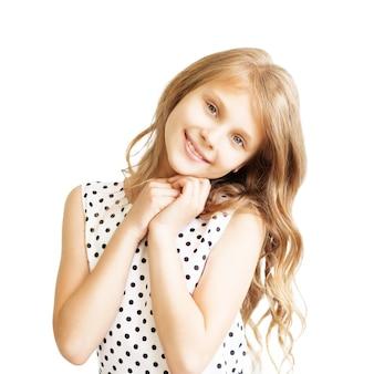 白い背景で隔離の素敵な少女のクローズアップの肖像画