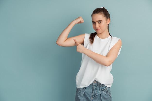 고립 된 팔 근육을 보여주는 좋은 여자의 근접 촬영 초상화