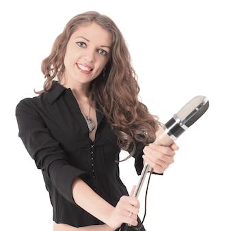 구식 마이크를 들고 꽤 젊은 여성 스타 연기자의 근접 촬영 초상화