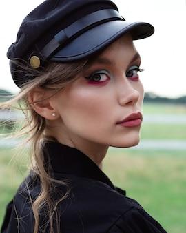 黒い帽子の非常に美しい少女のクローズアップの肖像画
