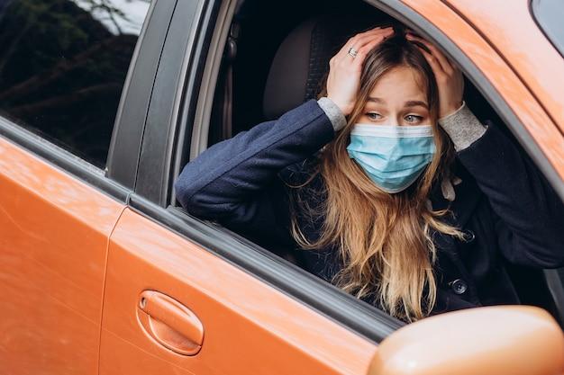 Портрет крупного плана женщины в медицинской маске на улице, эпидемии коронавируса. женщина нарушила правила самоизоляции. sars-cov-2. защитить себя от covid-19.