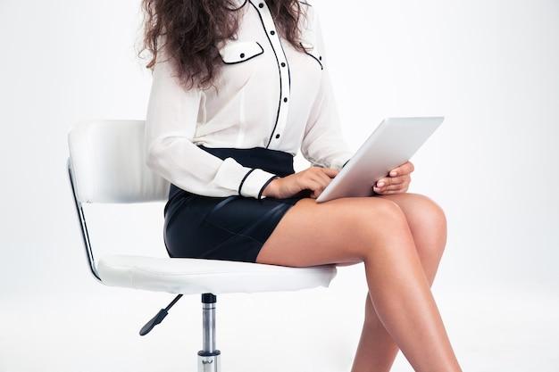 タブレットコンピューターを使用して女性のクローズアップの肖像画