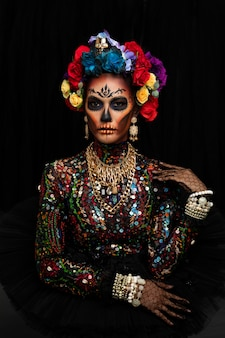 Макрофотография портрет женщины с макияжем сахарный череп, одетый с цветочной короной