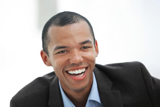 明るい壁に若いビジネスマンのcloseup.portrait。