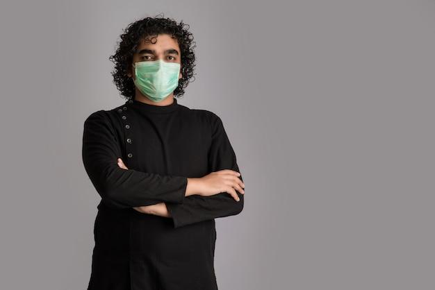 Макрофотография портрет молодого человека в медицинской или хирургической маске