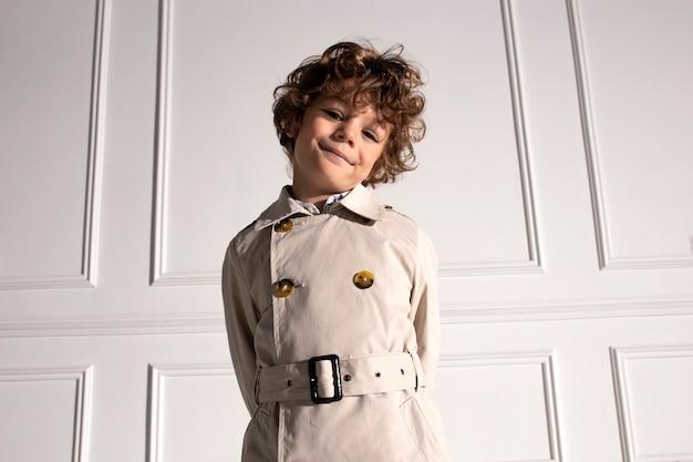 Портрет крупным планом очаровательного кудрявого маленького мальчика