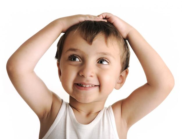당신에게 귀여운 미소를주는 무고한 아이의 근접 촬영의 초상화