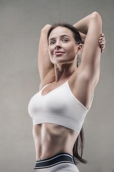 ジムでアスレチックフィットネス女性のクローズアップの肖像画。フィットネスとスポーツのコンセプト