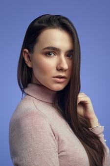 Портрет крупным планом привлекательной девушки с красивой чистой кожей и длинными волосами