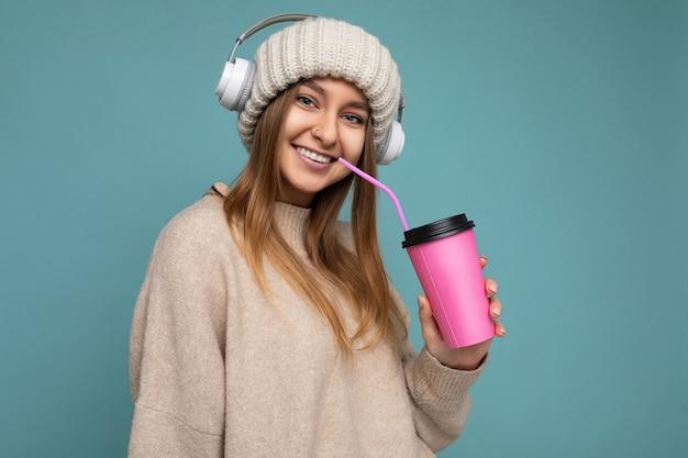 베이지 색 모자 베이지 색을 입고 매력적인 웃는 행복 한 젊은 금발 여성 사람의 근접 촬영 초상화