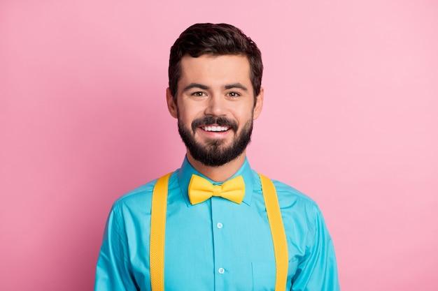 핑크 컬러 배경 위에 절연 수염 난된 남자의 근접 촬영 초상화