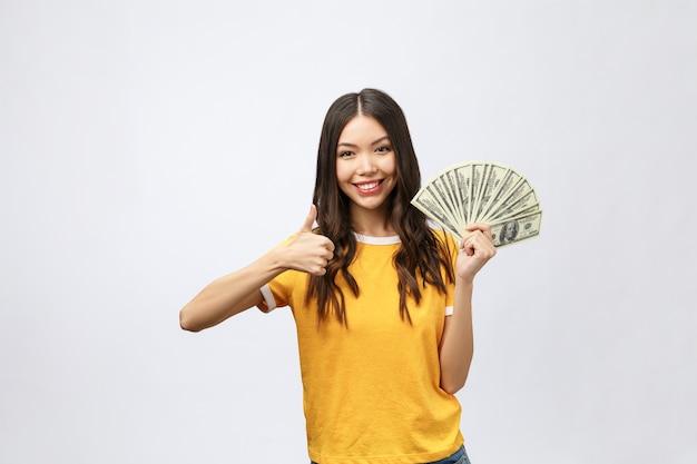 돈을 들고 아름 다운 아시아 여자의 근접 촬영 초상화