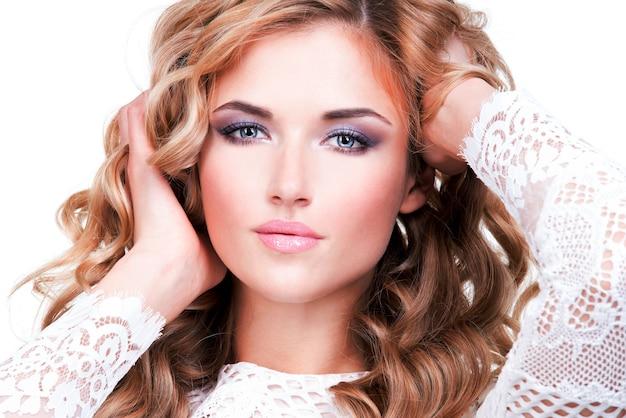 금발 머리-흰색 절연을 가진 아름 다운 여자의 근접 촬영 초상화.