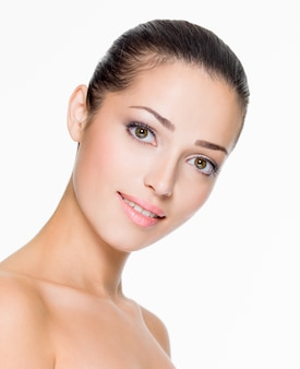 얼굴의 신선한 피부를 가진 아름 다운 여자의 근접 촬영 초상화-흰색에 고립