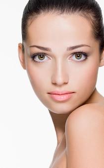 얼굴의 신선한 피부를 가진 아름 다운 여자의 근접 촬영 초상화
