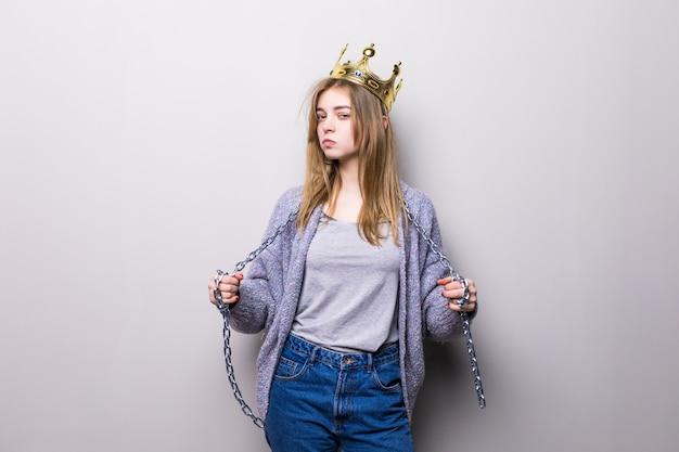 Портрет крупным планом красивой молодой девушки с праздничной бумажной короной на голове