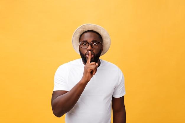 唇に指を置く黒人男性のクローズアップの肖像画