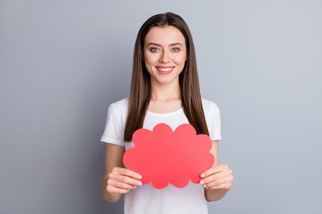 Портрет крупным планом веселой девушки, держащей в руке пузырь бумажной карты