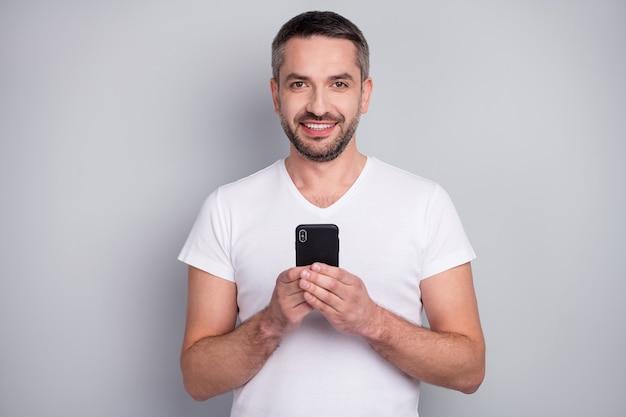 Портрет крупным планом веселого парня держит смартфон онлайн-блоггинга