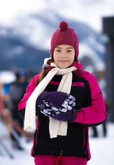 Портрет крупным планом милой улыбающейся женщины, позирующей на фоне высоких альп