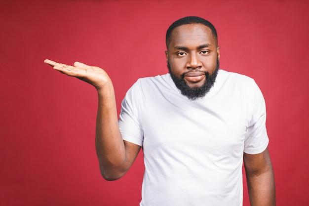 Макрофотография портрет немого невежественного молодого африканского человека, руки, спрашивая, почему в чем проблема