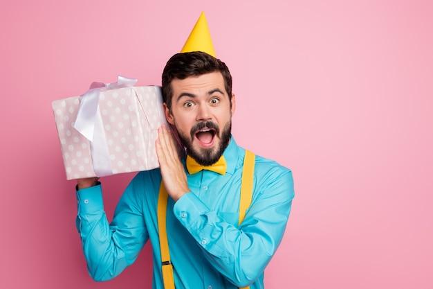 Giftbox를 들고 황홀 수염 난된 남자의 클로 우즈 업 초상화