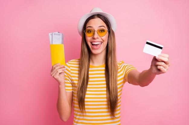 Портрет крупным планом девушки, держащей в руках бумажный документ, билет, банковскую карту
