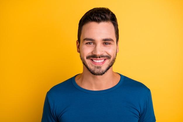Портрет крупным планом парня очаровательной белой улыбкой