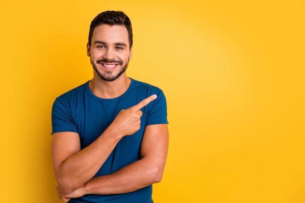 Портрет крупным планом парня, указывающего указательным пальцем в сторону