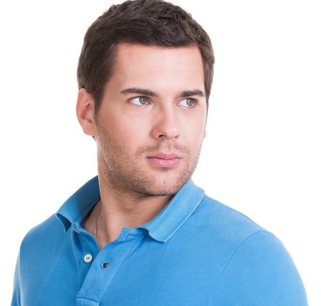 블루 셔츠-흰색 절연에 잘 생긴 남자의 클로 우즈 업 초상화.