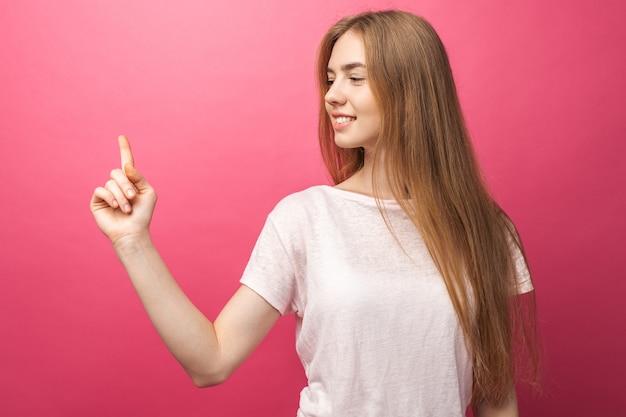 Портрет крупного плана счастливой белокурой женщины показывая передний палец к стороне