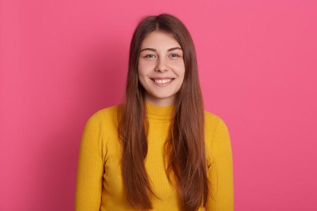 Макрофотография портрет счастливой женщины с зубастой улыбкой, носить повседневную желтую рубашку