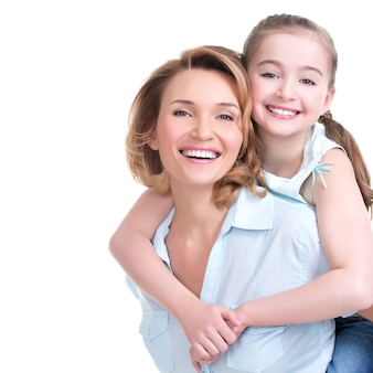 幸せな白人の母と若い娘のクローズアップの肖像画-孤立