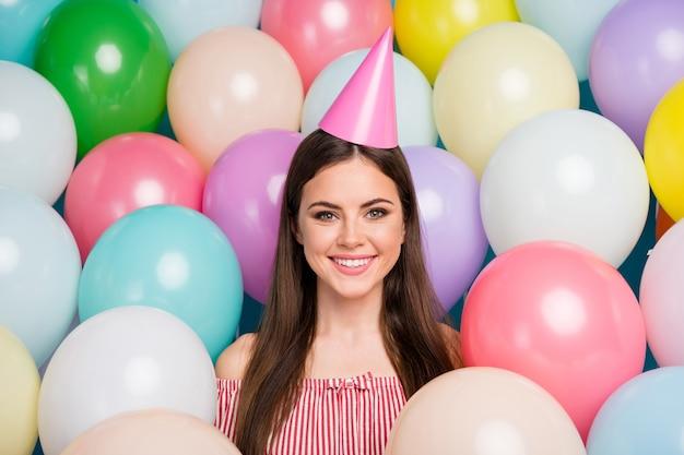 그녀의 근접 촬영 초상화 그녀는 좋은 매력적인 사랑스러운 사랑스럽고 꽤 매력적인 매력적 인 귀여운 쾌활한 명랑 장발 소녀 다채로운 공기 공 가운데 축제 모자를 쓰고