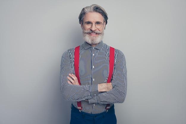 그의 근접 촬영 초상화 그의 좋은 매력적인 부과 품위 세련된 쾌활한 쾌활한 남자 전무 이사 회사 소유자 지도자 접힌 팔 회색 파스텔 컬러 배경 위에 절연