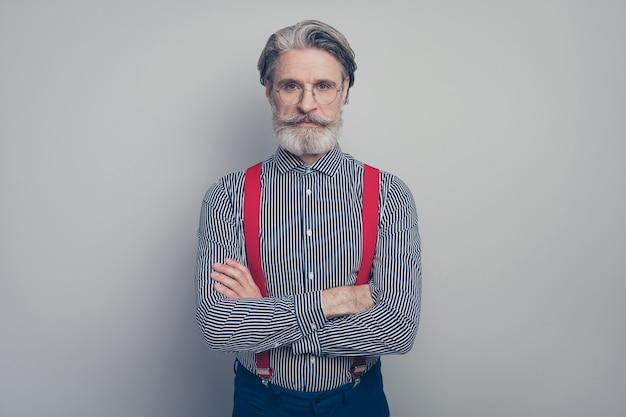 그의 근접 촬영 초상화 그는 좋은 매력적인 부과 품위 심각한 콘텐츠 남자 직원 임원 관리자 회색 파스텔 컬러 배경 위에 절연
